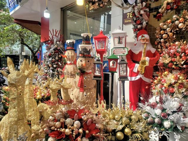 Thị trường Giáng sinh vào cao điểm, tiểu thương Hàng Mã vừa ăn vừa bán hàng - Ảnh 2.