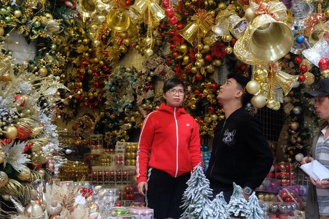 Thị trường Giáng sinh vào cao điểm, tiểu thương Hàng Mã vừa ăn vừa bán hàng - Ảnh 8.