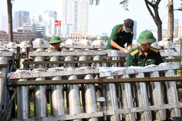 Trận địa pháo hoa trước giờ khai hoả đón năm mới ở Sài Gòn - Ảnh 2.