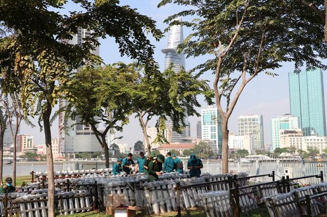 Trận địa pháo hoa trước giờ khai hoả đón năm mới ở Sài Gòn - Ảnh 10.