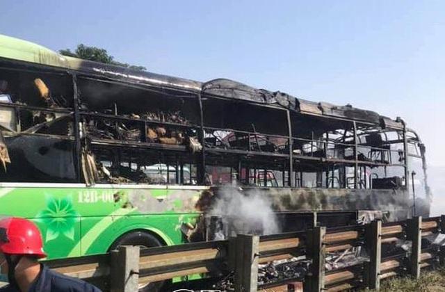 Xe giường nằm cháy dữ dội khi đang chạy, Quốc lộ 1A ách tắc nhiều giờ - Ảnh 2.