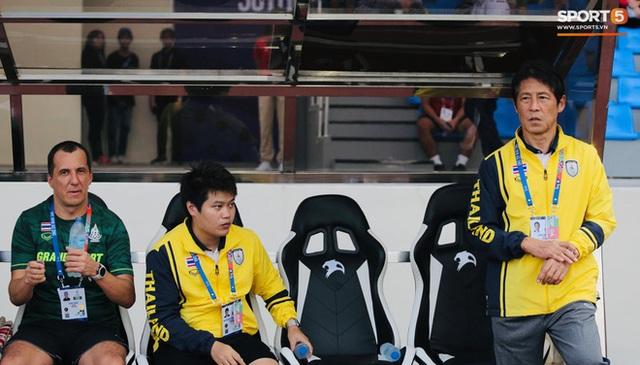 HLV Nishino ngậm ngùi sau trận thua: Bóng đá Thái Lan cần học hỏi Việt Nam - Ảnh 1.