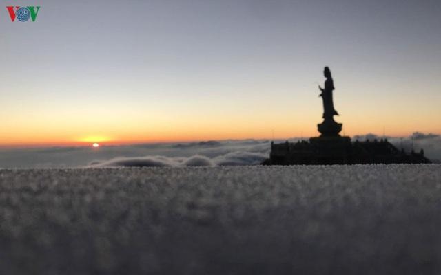 Chiêm ngưỡng băng tuyết phủ trắng đỉnh Fansipan - Ảnh 10.