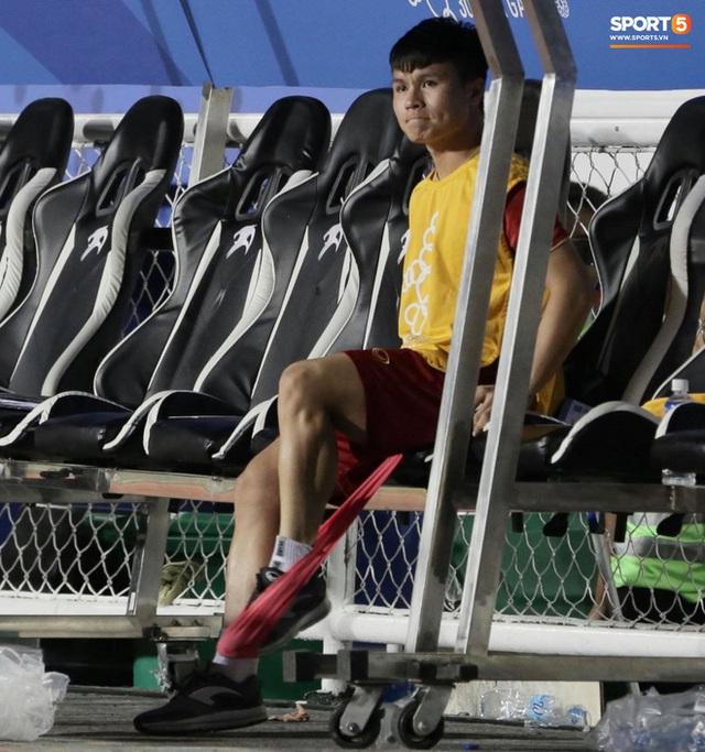 Đồng đội hạ đẹp Campuchia, Quang Hải ngồi ngoài sân thư thái tập giãn cơ thế này đây  - Ảnh 3.