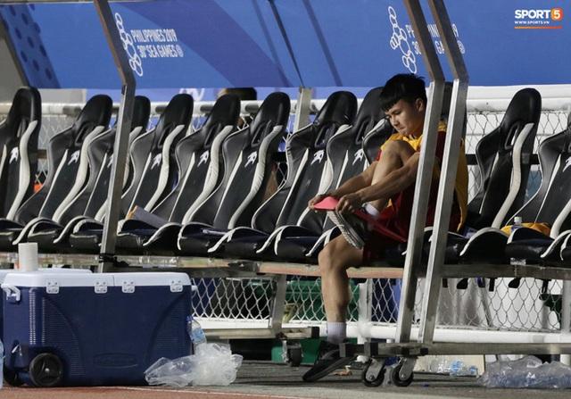 Đồng đội hạ đẹp Campuchia, Quang Hải ngồi ngoài sân thư thái tập giãn cơ thế này đây  - Ảnh 4.