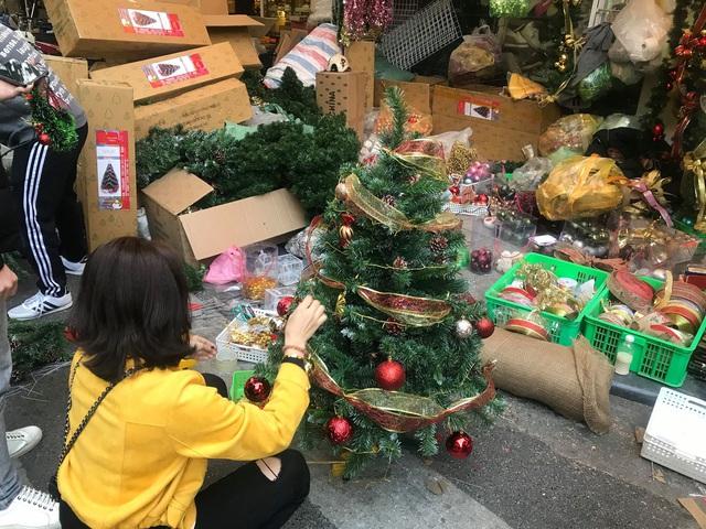 Không khí mua sắm Noel bắt đầu nhộn nhịp - Ảnh 2.