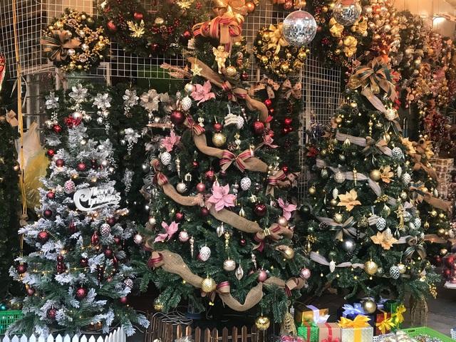 Không khí mua sắm Noel bắt đầu nhộn nhịp - Ảnh 1.