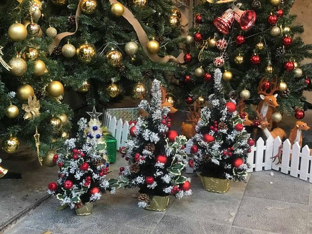 Không khí mua sắm Noel bắt đầu nhộn nhịp - Ảnh 3.