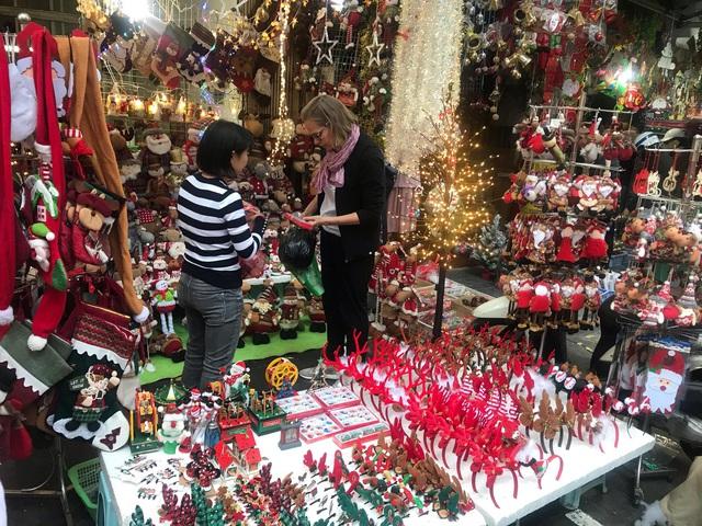Không khí mua sắm Noel bắt đầu nhộn nhịp - Ảnh 6.