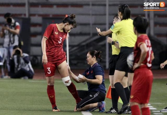 Fan xót xa hình ảnh tuyển thủ nữ Việt Nam rách đùi, băng gối vẫn lăn xả tranh bóng: Dù sao đấy cũng là một cô gái thôi mà - Ảnh 7.