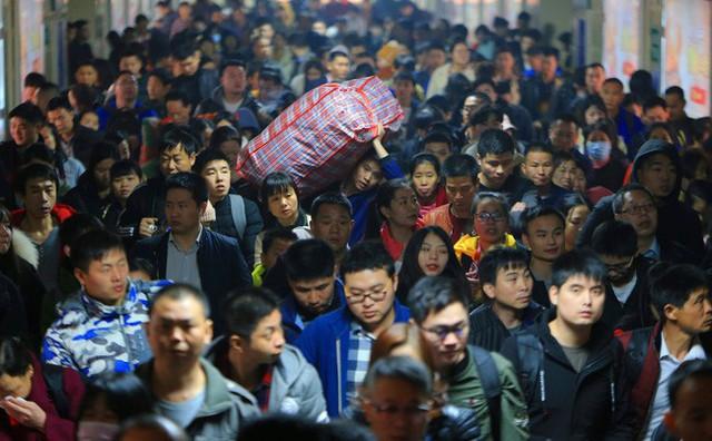 Mùa xuân vận của Trung Quốc: Hàng trăm triệu người nghìn nghịt đổ về quê ăn Tết, chen chúc nhau khắp ga tàu, bến bãi - Ảnh 12.