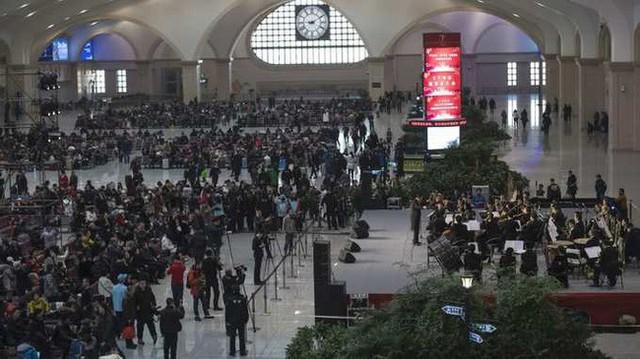 Mùa xuân vận của Trung Quốc: Hàng trăm triệu người nghìn nghịt đổ về quê ăn Tết, chen chúc nhau khắp ga tàu, bến bãi - Ảnh 14.