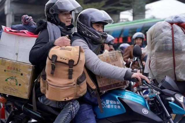 Mùa xuân vận của Trung Quốc: Hàng trăm triệu người nghìn nghịt đổ về quê ăn Tết, chen chúc nhau khắp ga tàu, bến bãi - Ảnh 4.