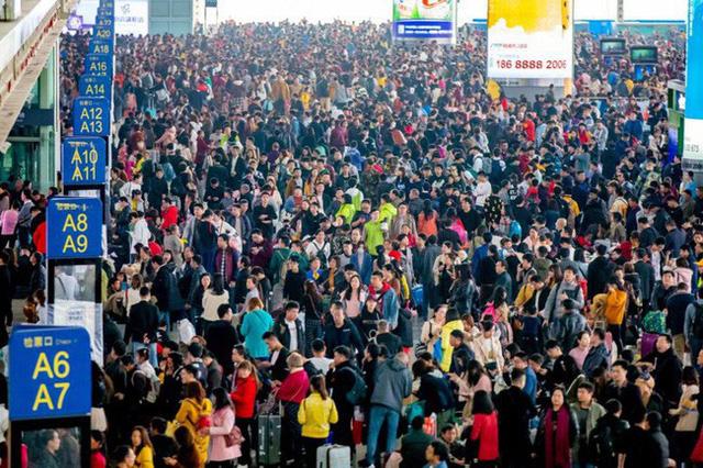 Mùa xuân vận của Trung Quốc: Hàng trăm triệu người nghìn nghịt đổ về quê ăn Tết, chen chúc nhau khắp ga tàu, bến bãi - Ảnh 6.