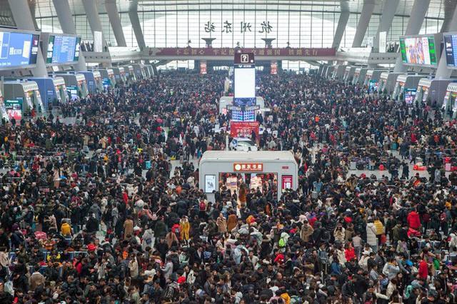 Mùa xuân vận của Trung Quốc: Hàng trăm triệu người nghìn nghịt đổ về quê ăn Tết, chen chúc nhau khắp ga tàu, bến bãi - Ảnh 9.