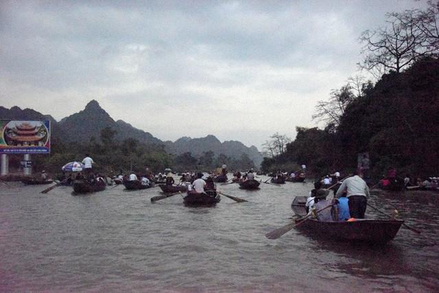 Biển người chen chân dưới nắng nóng ở chùa Hương, dân đứng kín đường ném lì xì cho ông lợn - Ảnh 1.