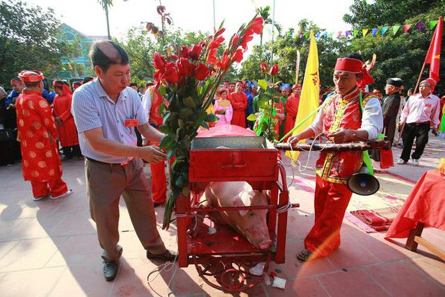 Biển người chen chân dưới nắng nóng ở chùa Hương, dân đứng kín đường ném lì xì cho ông lợn - Ảnh 5.