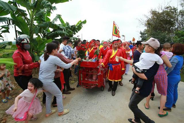 Biển người chen chân dưới nắng nóng ở chùa Hương, dân đứng kín đường ném lì xì cho ông lợn - Ảnh 6.