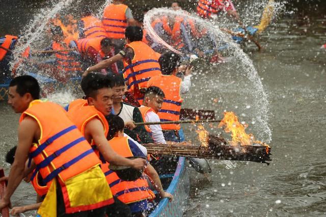 Biển người chen chân dưới nắng nóng ở chùa Hương, dân đứng kín đường ném lì xì cho ông lợn - Ảnh 9.