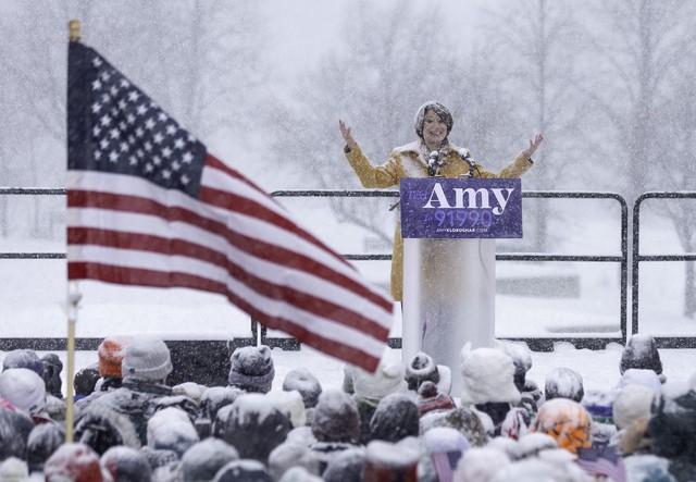 Nữ Thượng nghị sỹ đội tuyết dày tuyên bố tham vọng đẩy ông Trump khỏi Nhà Trắng - Ảnh 11.