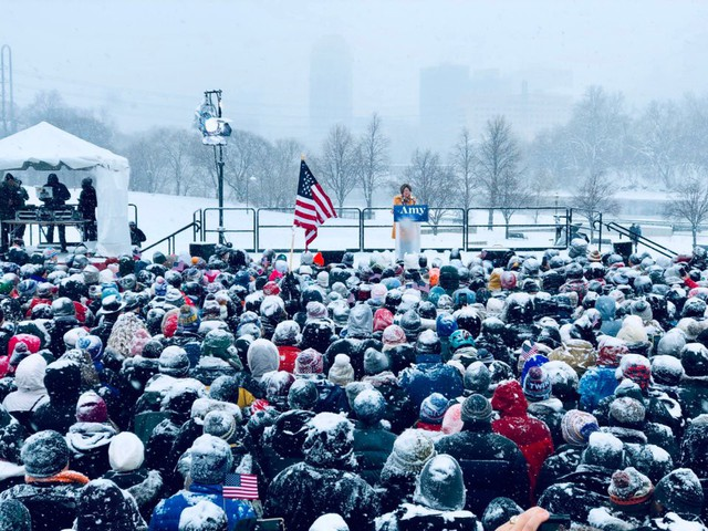 Nữ Thượng nghị sỹ đội tuyết dày tuyên bố tham vọng đẩy ông Trump khỏi Nhà Trắng - Ảnh 1.