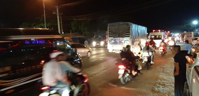 Hàng ngàn người rồng rắn chạy xe suốt đêm về TP Hồ Chí Minh cho kịp ngày đi làm đầu tiên sau Tết - Ảnh 2.