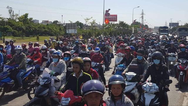 Hàng ngàn người rồng rắn chạy xe suốt đêm về TP Hồ Chí Minh cho kịp ngày đi làm đầu tiên sau Tết - Ảnh 6.