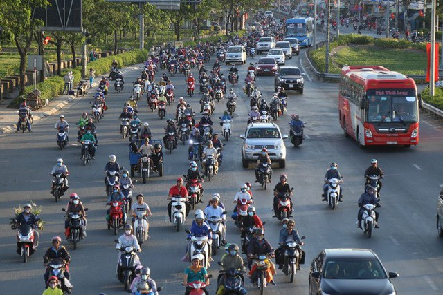 Hàng ngàn người rồng rắn chạy xe suốt đêm về TP Hồ Chí Minh cho kịp ngày đi làm đầu tiên sau Tết - Ảnh 8.