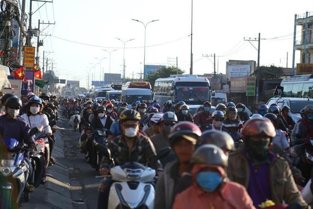 Hàng ngàn người rồng rắn chạy xe suốt đêm về TP Hồ Chí Minh cho kịp ngày đi làm đầu tiên sau Tết - Ảnh 9.