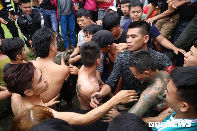 Ảnh: Hàng trăm thanh niên xâu xé, chen lấn cướp manh chiếu tại lễ hội Đúc Bụt - Ảnh 3.