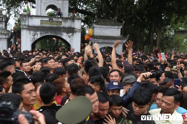 Ảnh: Hàng trăm thanh niên xâu xé, chen lấn cướp manh chiếu tại lễ hội Đúc Bụt - Ảnh 4.