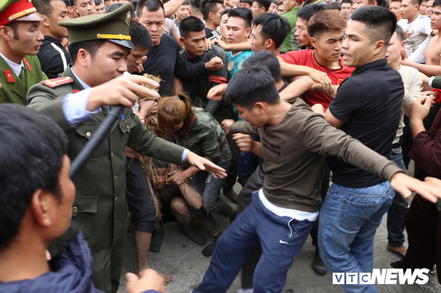 Ảnh: Hàng trăm thanh niên xâu xé, chen lấn cướp manh chiếu tại lễ hội Đúc Bụt - Ảnh 7.