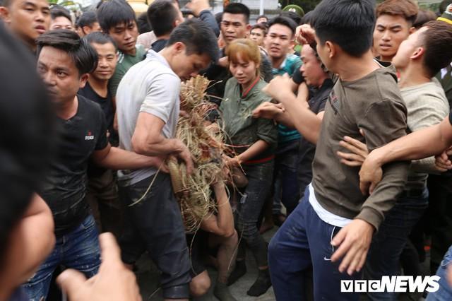 Ảnh: Hàng trăm thanh niên xâu xé, chen lấn cướp manh chiếu tại lễ hội Đúc Bụt - Ảnh 10.