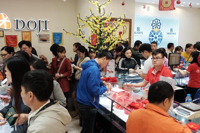 Vàng SJC càng nhỏ giá càng đắt, dòng người vẫn ùn ùn đổ về các cửa hàng kinh doanh vàng - Ảnh 3.