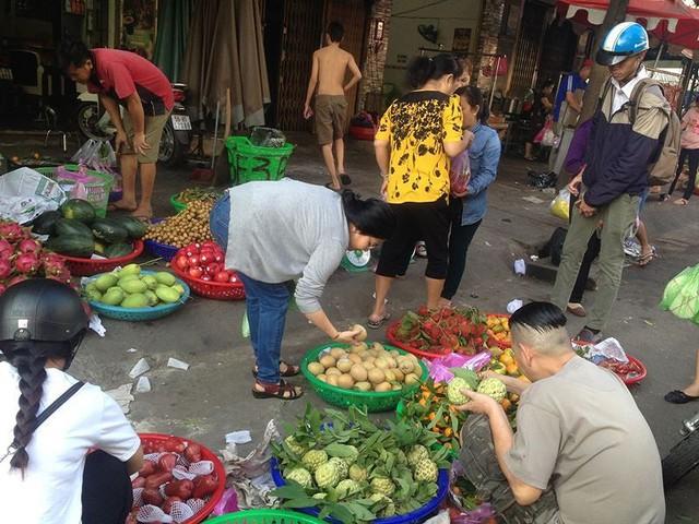 Người dân Sài Gòn xếp hàng mua chè, heo quay cúng Thần tài - Ảnh 11.