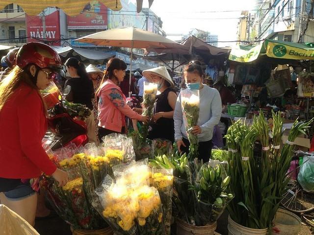 Người dân Sài Gòn xếp hàng mua chè, heo quay cúng Thần tài - Ảnh 14.