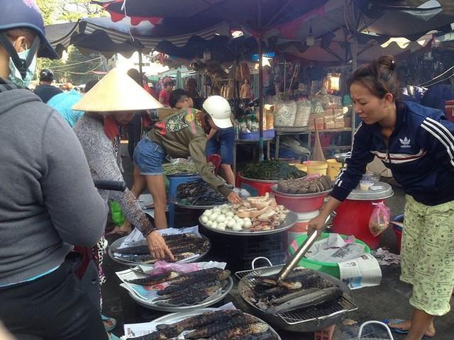 Người dân Sài Gòn xếp hàng mua chè, heo quay cúng Thần tài - Ảnh 18.