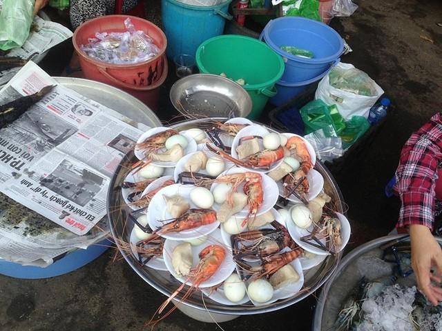 Người dân Sài Gòn xếp hàng mua chè, heo quay cúng Thần tài - Ảnh 3.