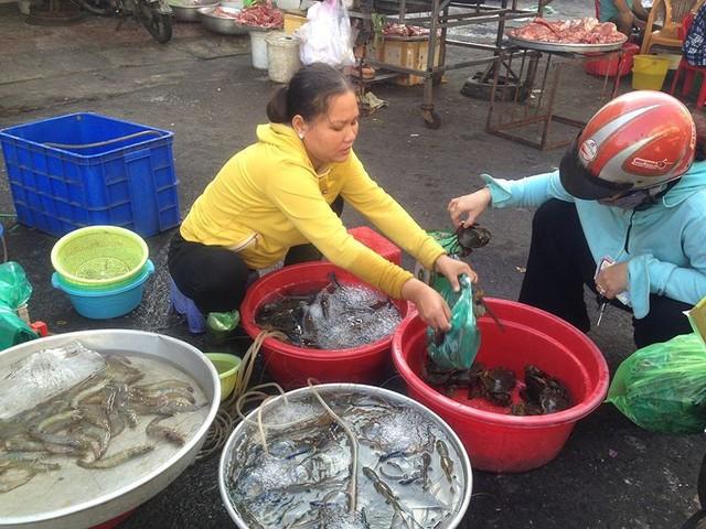 Người dân Sài Gòn xếp hàng mua chè, heo quay cúng Thần tài - Ảnh 5.