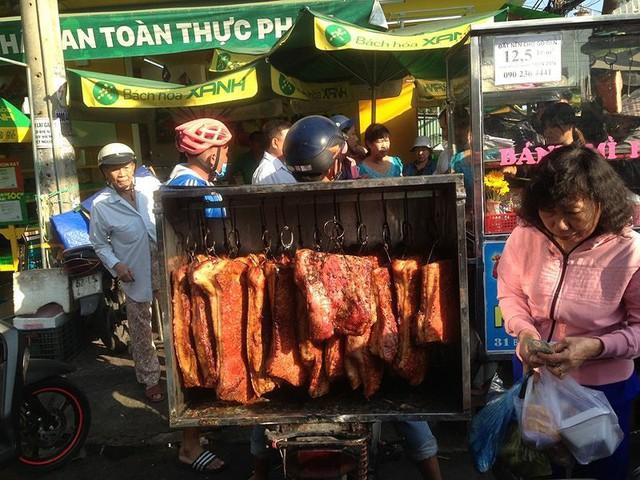 Người dân Sài Gòn xếp hàng mua chè, heo quay cúng Thần tài - Ảnh 6.