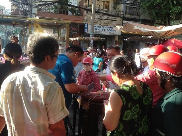 Người dân Sài Gòn xếp hàng mua chè, heo quay cúng Thần tài - Ảnh 7.