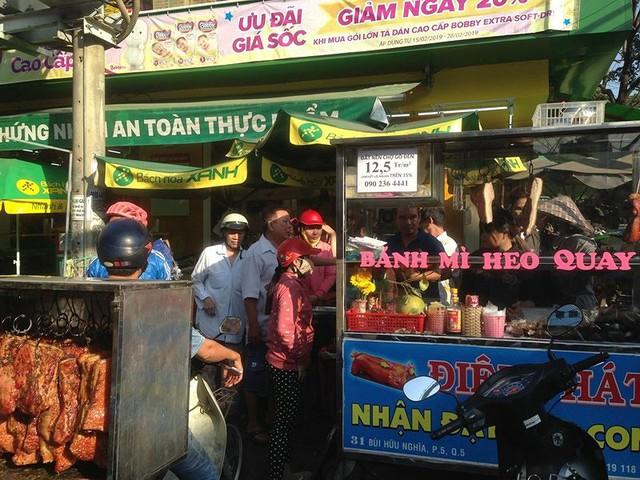 Người dân Sài Gòn xếp hàng mua chè, heo quay cúng Thần tài - Ảnh 8.