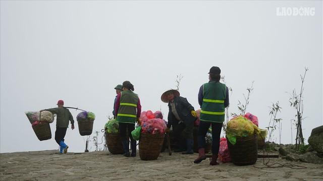 275.000 đồng/ngày cõng rác từ đỉnh chùa Đồng Yên Tử xuống núi - Ảnh 1.