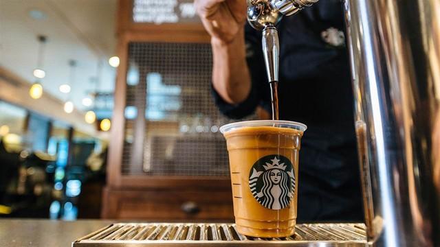 Phép màu nào đưa Starbucks từ một cửa hàng rang cafe thành chuỗi thương hiệu trị giá trăm tỉ đô? - Ảnh 1.