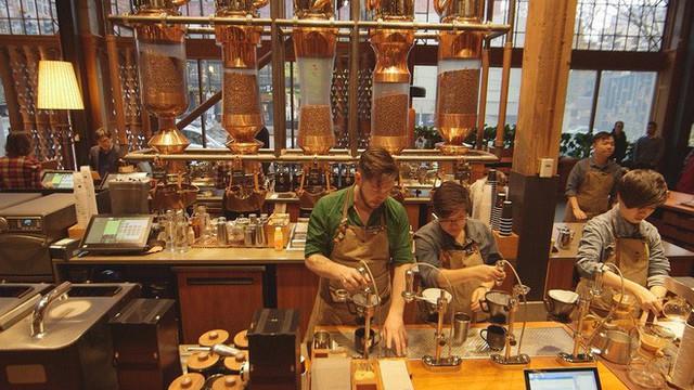 Phép màu nào đưa Starbucks từ một cửa hàng rang cafe thành chuỗi thương hiệu trị giá trăm tỉ đô? - Ảnh 12.
