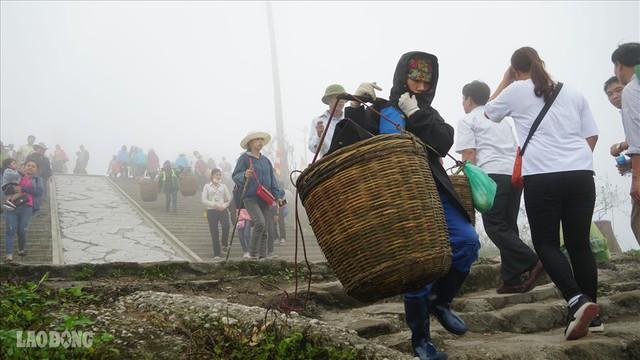 275.000 đồng/ngày cõng rác từ đỉnh chùa Đồng Yên Tử xuống núi - Ảnh 3.