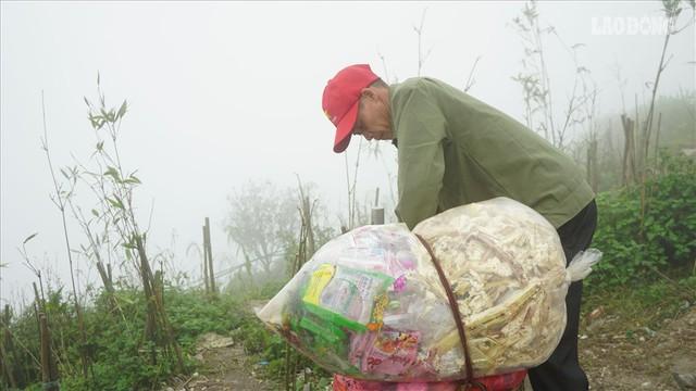 275.000 đồng/ngày cõng rác từ đỉnh chùa Đồng Yên Tử xuống núi - Ảnh 7.