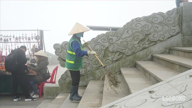 275.000 đồng/ngày cõng rác từ đỉnh chùa Đồng Yên Tử xuống núi - Ảnh 8.