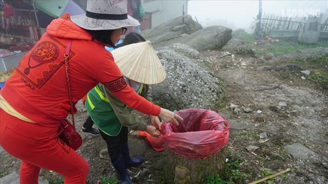 275.000 đồng/ngày cõng rác từ đỉnh chùa Đồng Yên Tử xuống núi - Ảnh 9.