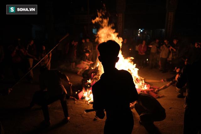 Tục lấy lửa độc đáo mang may mắn từ đình làng về tới nhà ở Hà Nội - Ảnh 12.